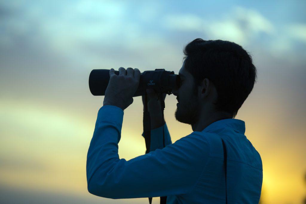 Homme utilisant des jumelles de vue