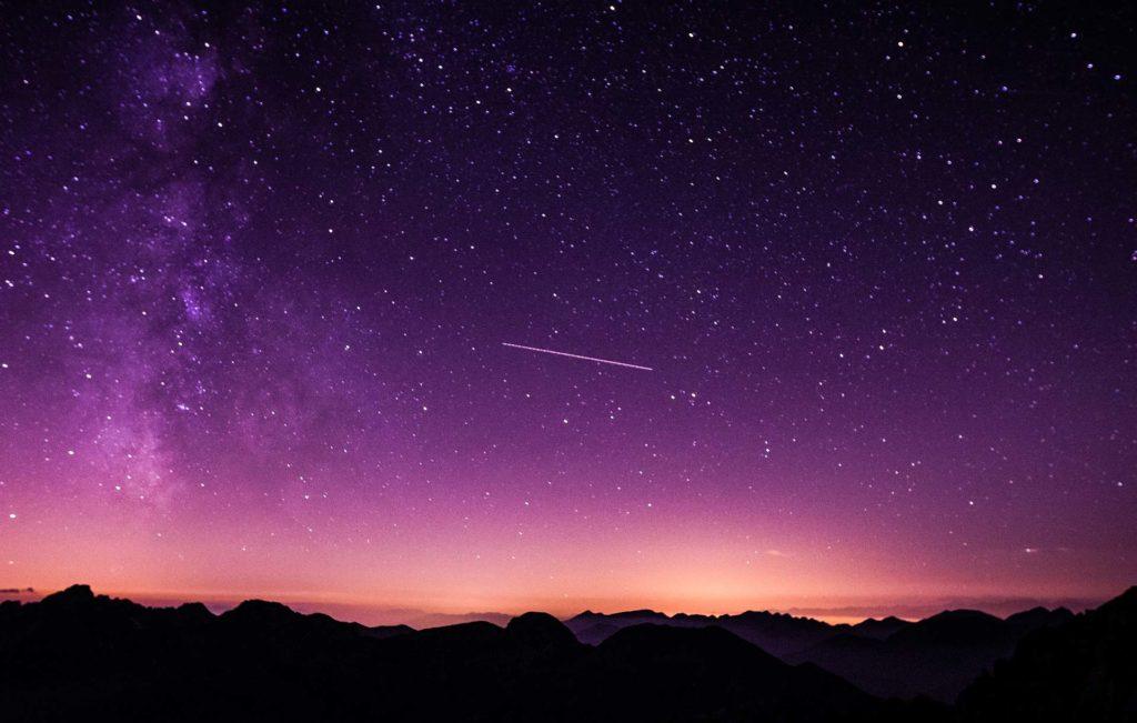 Ciel étoilé traversé par une étoile filante